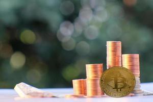 bitcoin cryptocurrency-munt en euromunt op tafel foto