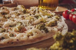 pizza met mozzarella, broccoli, braziliaanse kaas en parmezaan