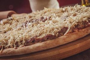 pizza met mozzarella, runderstroganoff en aardappelsticks