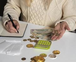 vrouw die controle van huishoudelijke uitgaven thuis maakt