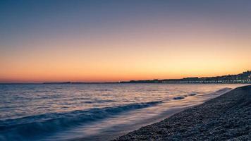 zonsondergang op de baai van engelen in nice, frankrijk foto