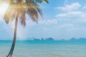 tropisch strand in het zomerseizoen met een blauwe hemelachtergrond foto