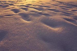 sneeuw textuur op een ijzige avond bij zonsondergang foto