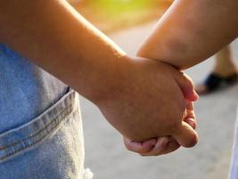 twee kinderen lopen hand in hand foto