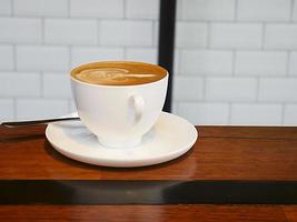 latte op houten tafel foto