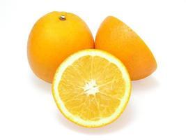 verse stukjes sinaasappel geïsoleerd op een witte achtergrond foto