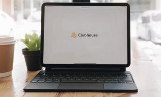 Chiang Mai, Thailand, 21 maart 20201 - clubhuis op een tablet foto