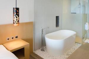 moderne badkamer met apart ligbad foto