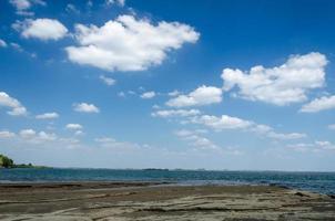 wolken boven de zee foto