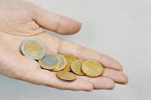 euromunten in iemands handen