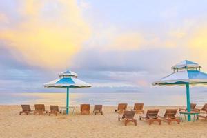 ligbedden op het strand foto