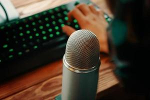 podcast studio microfoon met toetsenbord