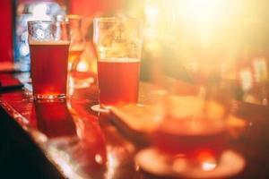 rood bier in mokken foto