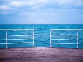 houten pier bij koud weer foto
