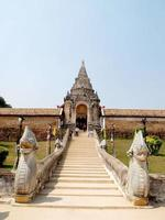chiang mai, thailand, 2021 - toerist op de trappen van wat phra that doi suthep-tempel