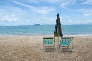 strandstoelen en parasol foto