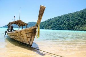 similan-eilanden, thailand, 2021 - longtailboot op het strand foto