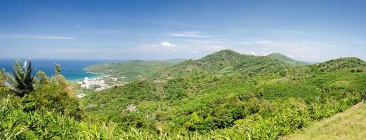 uitzicht op de bergen van het eiland Phuket foto