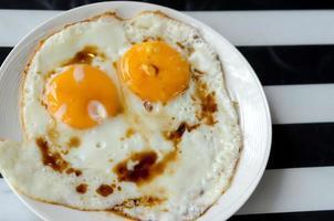 gebakken eieren op een bord