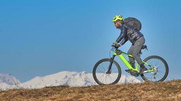 man op een mountainbike foto