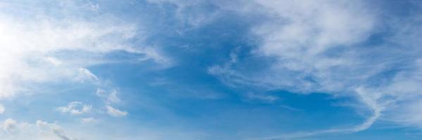 panorama hemel met wolk op een zonnige dag. prachtige cirruswolk. foto