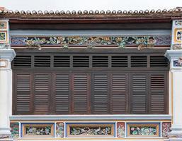 antieke houten ramen op een oud gebouw foto