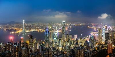 panoramisch uitzicht op de skyline van hong kong op de avond gezien vanaf victoria peak