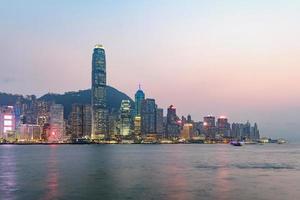 hong kong skyline op de avond gezien vanuit kowloon, hong kong, china