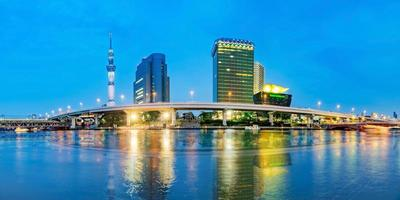 stadsgezicht van tokyo bij sumida-rivier in tokyo, japan foto