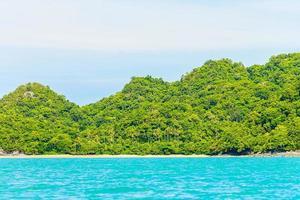prachtig tropisch eiland, strand, zee en oceaan foto