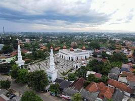 depok, indonesië 2021- nurul mustofa centrum moskee panorama, uitzicht op de grootste moskee in depok foto
