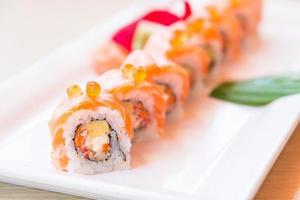 selectieve focus punt zalm sushi roll foto