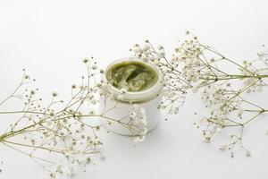kruiden huidverzorgingscrème met bloemen foto