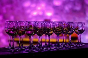 glaswerk in paars licht