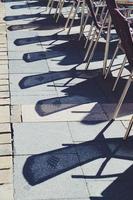 metalen stoelen op straat foto