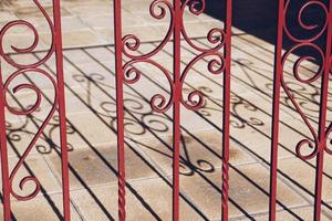 schaduwen van het metalen hek op de grond foto