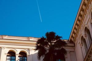 vliegtuig vliegt in de blauwe lucht in de stad Bilbao, Spanje foto