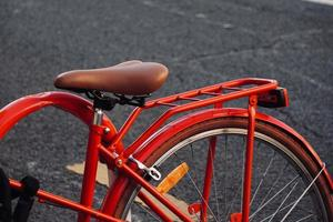 fietswiel op straat foto
