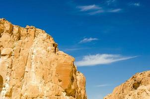 bruine kliffen en blauwe lucht foto