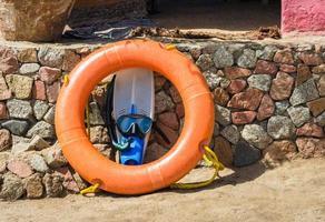 zwemvliezen met een zwemmasker en een oranje floatie foto