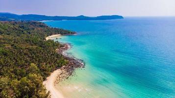 luchtfoto met zee en strand