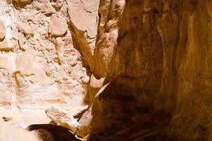 schaduw op rotsen foto