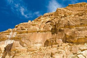 rotsachtige berg en blauwe hemel foto