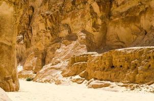 pad door een kloof in de woestijn foto