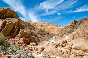rotsachtige canyon en blauwe lucht foto