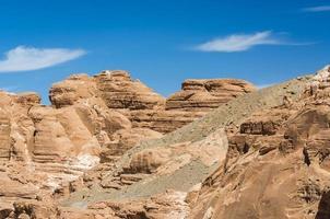bruine rotsachtige bergen en blauwe hemel foto