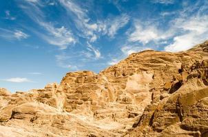 blauwe hemel over bruine bergen foto