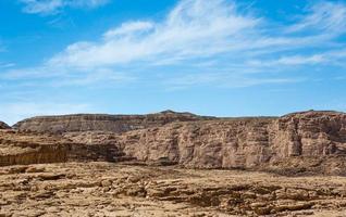 bergen in de woestijn tegen een blauwe hemel foto