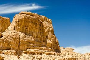 rotsachtig plateau en blauwe hemel foto