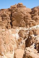 hoge rotsachtige bergen gedurende de dag